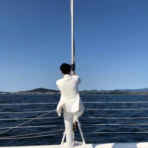 CNBLUEイ・ジョンシン、真っ白なスーツと長い手足…どこからとってもの最高のグラビア