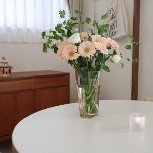 新しいフラワーベースと花のある暮らし。