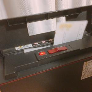 年賀状も養生テープで、本棚に立てる収納