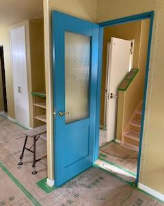 ラップサイディングの建売 リビングドアを塗りました。