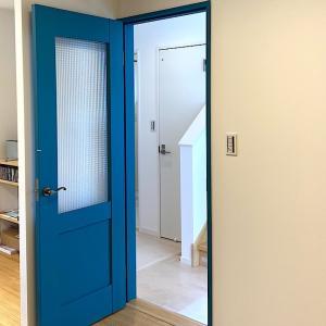 上安松A号棟のリビングドアのペンキの色