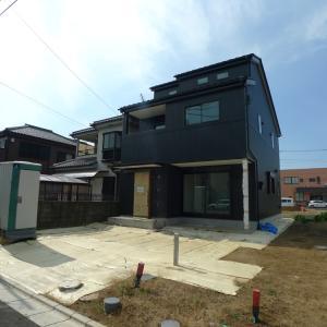黒いガルバリウム外壁と土間玄関の建売