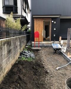 土間玄関の建売 赤いポスト設置