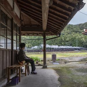 汽車を見守る婦人(山口線)その2