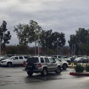雨の朝から混んでる駐車場