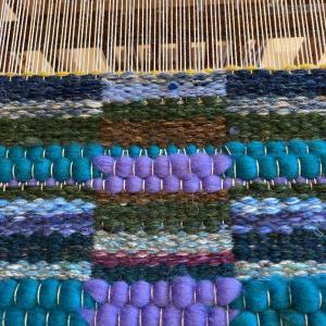 原毛で椅子マットを織る