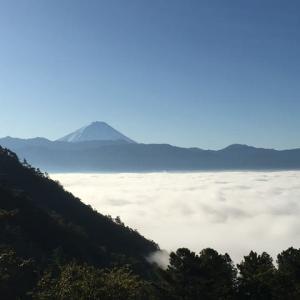 雲海に聳え立つ富士山
