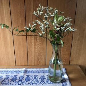 ダイソーのデキャンタと耐熱ガラスのマグカップが花瓶に最適