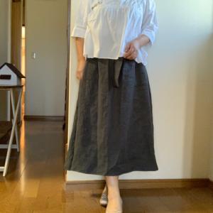 着てみたよ。アイビーグレイのリネンスカート。