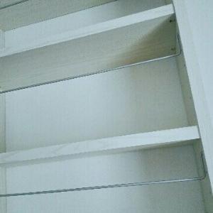 子供でも簡単にお片付け出来る、薄型の壁面収納棚。必要以上に物を持たない、シンプル暮らしの整理整頓方法。