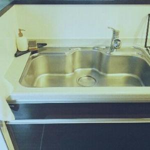 スポンジラックを断捨離して掃除を楽に。キッチンシンク周りのキレイを簡単に保つコツ。