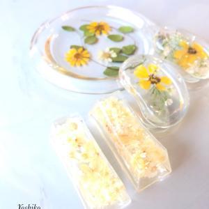黄色いお花のテーブルセットとフラワーレジンクチュール大阪に先生が誕生