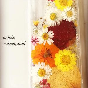 思い出のお花を一緒に押し花スマホカバーご制作くださいました