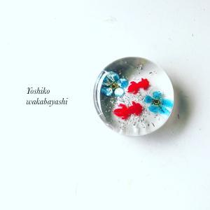 暑さとともに人気もUP!! 夏の金魚と青いお花の箸置き