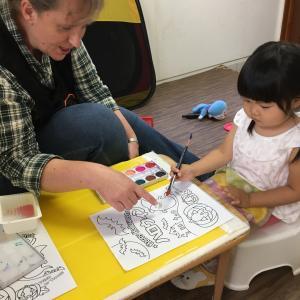 外国人講師と英語で絵の具遊び と ルクルーゼ簡単レシピ