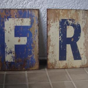 ブリキのプレート「F」と「R」