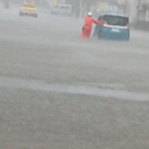 凄い雨です、道路が冠水!!
