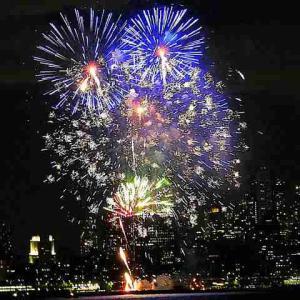 ニューヨーク一足早く花火大会!摩天楼も美しくライトアップされ急遽お祝いの日に
