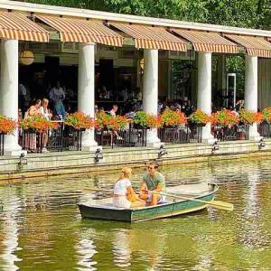 ボートハウス セントラルパークの美しい池 レイクでボート遊び&絶景レストラン