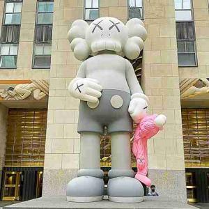 KAWS カウズ 可愛い巨人が NY ロックフェラーセンターに登場!コンパニオン x BFF の作品 Share