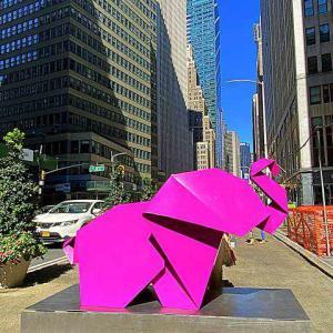 カラフル可愛い折り紙アート 動物の彫刻がブロードウェイ沿い ニューヨーク ガーメントディストリクトに登場!