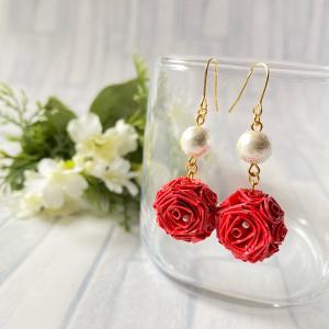 目を引く赤いバラのピアスに一目惚れ♡
