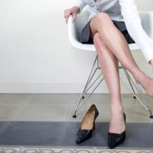パンプスやハイヒールで楽々歩けるようになるには靴選びも大切です。