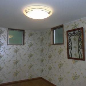 あえて窓は天井いっぱいに取り付け