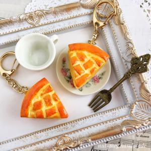 アップルパイとカップケーキクッキーのアクセサリー、9月19日21時にminneへ出品予定です。