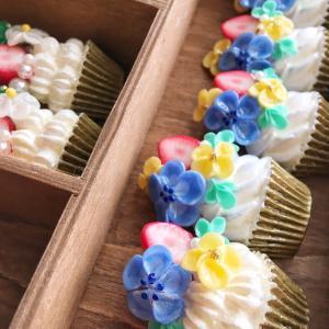 ネモフィラ、菜の花、ライラック、苺…春の花のケーキを作っています。