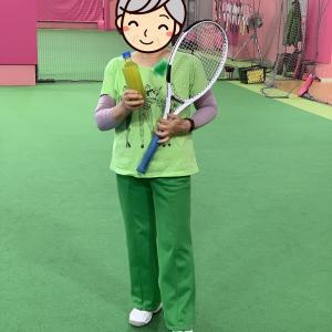 テニスコートと同化する82歳のおばあちゃん。