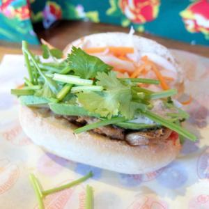 鶏胸肉の甘辛焼き+アボカド/ベトナムサンドイッチ アオサンズ(大須)