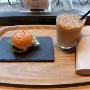 ミニバーガーとアイスカフェラテ/LAMP LIGHT BOOKS CAFE(伏見)