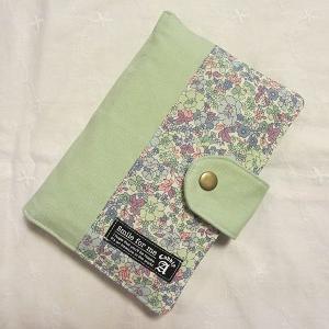デコレクションズさんの小花柄×ミントグリーンな通帳ケース