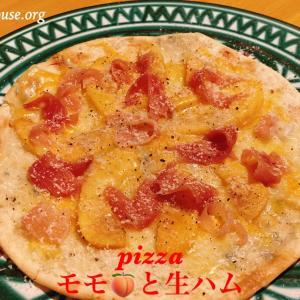 桃と生ハムのピザでおうちワイン