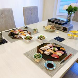 新しい漆器トレーに乗せた豪華な寿司ネタとグリルで乾き物の夜・・・