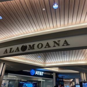 ハワイが目的ぢゃなくてフライングホヌに乗るのが目的なんだモン! アラモアナセンターでまずは一杯!
