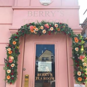 ティールームの玄関飾りのお花が新しくなりました