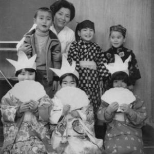 久保田先生と小学1年生たち。