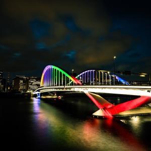 五輪カラーに染まる橋。
