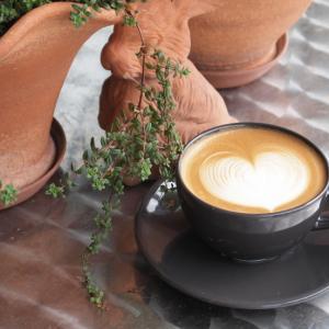 コーヒーもカップで秋冬にコーディネート