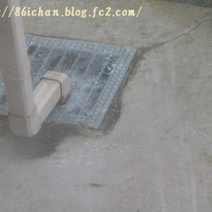 軒樋から雨水がオーバーフローして住宅の周囲が大変なことに