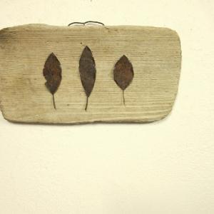 錆び鉄の枯葉を流木に飾る。