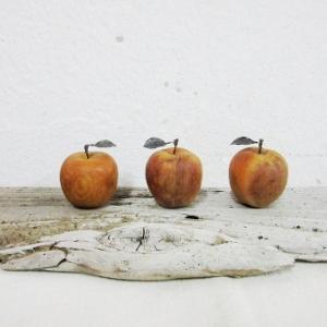 切れ端の木彫姫林檎・錆び鉄の葉付き