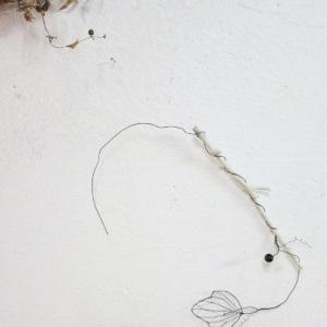 枝に巻き付いた針金植物の壁飾り2