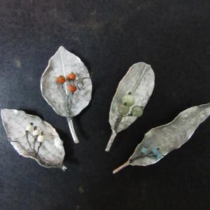 アルミの葉とビーズの実のブローチ