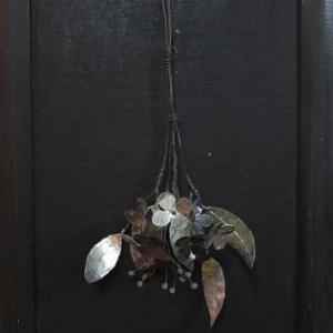 アルミの葉と鉄の花の壁飾り