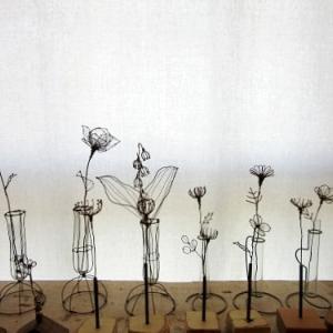 新しい針金の小さな花