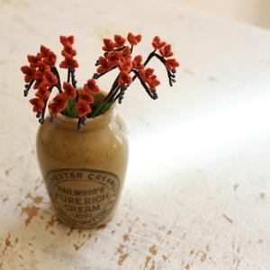 フェルトで小さい花を作っています