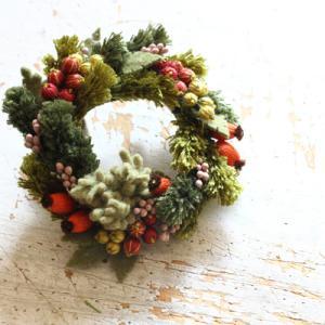 木の実のリースブローチ「いちばんちいさなフェルトの花アクセサリー」